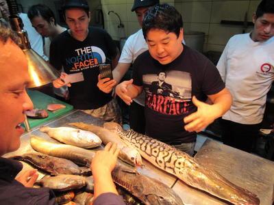 AMAZONIA PERUANA (PERÚ).- Imagen de divulgación del equipo de cocina del restaurante MAIDO recibiendo una muestra de peces amazónicos: doncella, turushuqui, corvina, piraña, tucunaré, acarahuazú y arahuana. La pesca marina está en crisis en el mundo: la Amazonía cuenta con 700 especies de peces comestibles que son desconocidas para el sector gastronómico. Darlas a conocer y ponerles en valor es un esfuerzo conjunto entre pescadores, organizaciones de apoyo y los cocineros, que son conscientes de la sostenibilidad y trazabilidad del producto. EFE