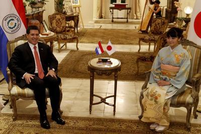 ASUNCIÓN (PARAGUAY).- El presidente de paraguayo Horacio Cartes (i) se reúne con la princesa Mako (d), nieta del emperador Akihito de Japón, durante una visita, a la residencia presidencia de Mburuvicha Róga, en Asunción (Paraguay). EFE