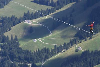 FRIBOURG (SUIZA.- Un alpinista profesional camina sobre una cinta durante el evento Highline Extreme, la modalidad más extrema del slackline, en la cima del Molesón a 2.000 metros a nivel del mar, en los Alpes suizos, cerca de Fribourg, Suiza. Veinticinco de los mejores equilibristas de Europa compiten hasta el próximo 11 de septiembre sobre cintas de alturas comprendidas entre los 45 y los 495 metros. EFE