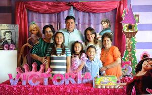 09092016 GRATA CELEBRACIóN.  Victoria Prado Valenzuela en compañía de su familia el día de su cumpleaños.