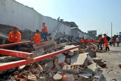 LIM01. LIMA (PERÚ).- Vista de un muro que cayó causando heridas a un miembro de la policía como consecuencia de los fuertes vientos en la ciudad de Iquitos (Perú). Un ciudadano estadounidense de 70 años murió y otras 31 personas más resultaron heridas. EFE