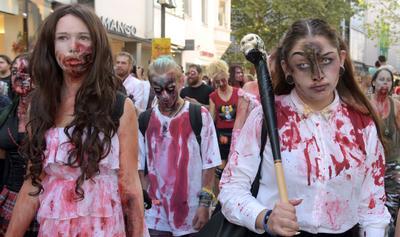 Ulm (Alemania).- Los participantes de la caminata zombi - pasean por la ciudad vestidos como zombies en Ulm, Alemania. Los participantes disfrazados con creativos maquillajes, trajes y accesorios. EFE