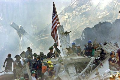 Nueva York (Estados Unidos).- 15 Aniversario. Una imagen de archivo del 13 de septiembre 2001 muestra una bandera de Estados Unidos ubicada en los escombros del World Trade Center en Nueva York , EE.UU. El 11 de septiembre de 2001, durante una serie de ataques terroristas coordinados utilizando aviones secuestrados, dos aviones se estrellaron en las torres gemelas del World Trade Center causando el colapso de ambas torres. Un tercer avión dirigido el avión del Pentágono y el cuarto en dirección a Washington, DC en última instancia, se estrelló en un campo. El ataque sin precedentes causó la muerte de casi 3.000 personas .