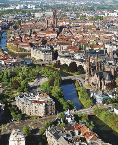 ESTRASBURGO (FRANCIA).- Fotografía aérea de la ciudad francesa de Estrasburgo facilitada por el Ayuntamiento de la ciudad. Estrasburgo afronta los últimos meses para convencer a la Unesco de que el patrimonio mundial de la ciudad debe ampliarse de la Gran Isla (casco histórico con la catedral, incluido en 1988) al barrio alemán o imperial, conocido como Neustadt (ciudad nueva). Ese barrio fue levantado entre la anexión de Estrasburgo al imperio alemán, en 1871, y el fin de la Primera Guerra Mundial (1914-18). En su día, triplicó la extensión de la ciudad, y allí se instalaron unos 100.000 alemanes llegados del otro lado del Rin. Hoy es el barrio con mayor densidad de la capital alsaciana y cuenta con unos 4.000 inmuebles, de los cuales el 10 %  son de estilo Art Nouveau. Desde el punto de vista arquitectónico, se le considera precursor en la concepción de la construcción urbana. EFE