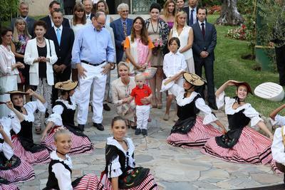 Monaco (Principado de Mónaco).- ( Centro LR ) Príncipe Alberto II de Mónaco, su esposa Charlene de Mónaco y su hijo, el príncipe Jacques , el heredero al trono monegasco al asistir a un espectáculo de danza durante el picnic anual en Le Parc Princesse Antonieta ' en Mónaco. EFE