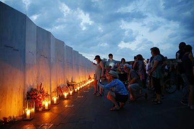 Desde el día de ayer las personas se dieron cita para dejar velas a los familiares perdidos.