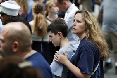 En el Bajo Manhattan, los familiares de las víctimas se reunieron en el World Trade Center para una ceremonia en el momento en que el primer avión chocó contra la torre norte en este día de 2001.