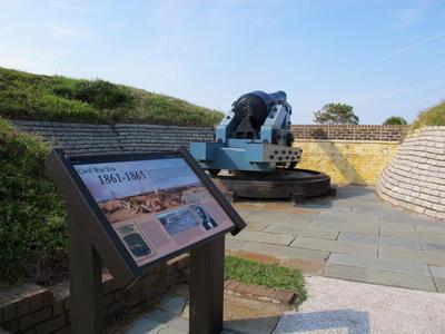 Fort Sumter. EE.UU..- Un cañón de la Guerra Civil se ve en la pared del fuerte Moultrie en la isla de Sullivan. El fuerte es parte del monumento nacional de Fort Sumter. EE.UU. El senador Tim Scott, Ha introducido un proyecto de ley en el Senado para designar a Fort Sumter y Moultrie como parque nacional, elevar el estado de los sitios en un movimiento que se espera que atraiga a más visitantes. Fort Sumter es donde iniciaron los primeros disparos de la Guerra Civil en1861. (AP)