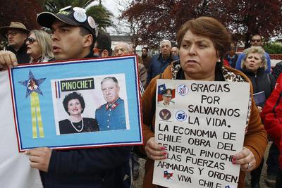 REGIÓN DEL MAULE (CHILE). Un grupo de personas seguidores de Augusto Pinochet llegan, hasta una Plazoleta que lleva el Nombre del exdictador ubicada en la Ciudad de linares en la Región del maule en Chile con motivo de los 43 Años de aniversario al Pronunciamiento Militar de 1973.