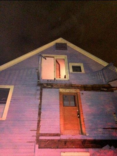 Hartford (Estados Unidos).- Una imagen proporcionada por el Departamento de Policía de Hartford que muestra los daños y escombros en una fachada de la casa donde colapsaron los balcones dejando decenas de estudiantes heridos, cuando 3 balcones cayeron uno encima del otro durante una fiesta en una casa cerca del campus de Trinity College, Hartford, Connecticut, EE.UU.. Al menos 30 estudiantes resultaron heridos y fueron trasladados a hospitales. EFE