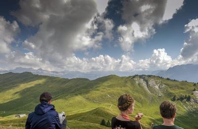Unteriberg (Suiza ).- La gente disfrutar de la vista desde la montaña Hoch Ybrig, cerca de Unteriberg, Suiza.  EFE