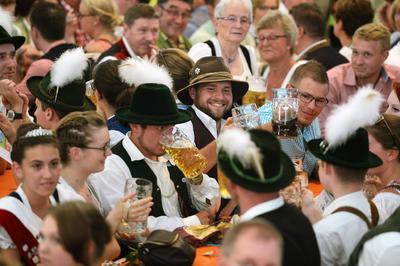 Beilngries (Alemania ).- La gente en trajes tradicionales se sientan en el festival de la tienda  un festival popular en Beilngries, Alemania. Beilngries quiere asegurar una entrada en el libro de Guinness de los Récords. Al menos 3.135 personas ataviadas con trajes tradicionales tienen que estar sentados en lel festival. EFE
