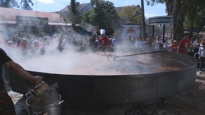 MONTEVIDEO (URUGUAY).- Varios cocineros preparan, en Montevideo (Uruguay), un guiso de lentejas de 3.345 kilos, como parte de la la Exposición Internacional de Ganadería y Muestra Internacional Agroindustrial y Comercial (Expo Prado). Por segundo año consecutivo, y a falta de la validación oficial del récord, se cocinó hoy el guiso de lentejas más grande del mundo, de 3.345 kilogramos, que supera la marca de 2.365 kilos de Guinness realizada por los mismos organizadores del evento en septiembre del 2015. EFE