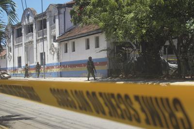 Mombasa ( Kenya ).- soldados kenianos caminan delante de la comisaría central de policía en Mombasa, donde tres mujeres fueron muertas a tiros por la policía después de intentar realizar un ataque en la ciudad portuaria de Mombasa, Kenia. Según informes locales, tres mujeres que llevan el hiyab entraron en la estación de policía con el pretexto de informar de un crimen antes de apuñalar a un oficial de policía y lanzando una bomba de gasolina . La policía disparó y las mató, dijo el jefe de policía de Mombasa. Nadie se ha atribuido la responsabilidad del ataque todavía, pero el grupo islamista somalí al- Shaba ha lanzado ataques similares en Kenia. EFE