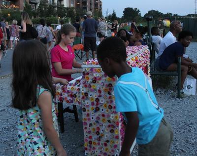 """ATL02. ATLANTA (GA, EE.UU.), 11/09/2016.- Una niña toca uno de los pianos que hace parte de la iniciativa """"Pianos For Peace"""" hoy, domingo 11 de septiembre de 2016, en el Betline de Atlanta, Georgia (EE.UU.). Las notas musicales y el color se han apoderado en los últimos días de las calles de Atlanta (EE.UU.) en una apuesta por fomentar la paz, la educación, la tolerancia y el diálogo. En lo que es una de las mayores exposiciones de arte al aire libre en esta ciudad del sureste del país, la organización """"Pianos For Peace"""" ha colocado 29 de estos instrumentos musicales en estaciones de metro, parques y concurridas calles para generar un mayor entendimiento a través del arte. EFE/Marcela Cortes"""