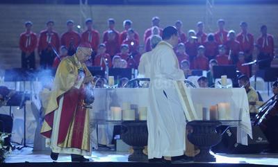 La ceremonia eucarística, que estuvo presidida por el obispo José Guadalupe Galván Galindo, se llevó a cabo en la explanada de la Plaza Mayor ante un gran número de ciudadanos.