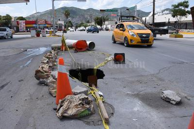 Colector. En la calzada Tecnológico de La Laguna y la calzada Lázaro Cárdenas se registró este hundimiento como resultado de las lluvias. Es por un colector colapsado.