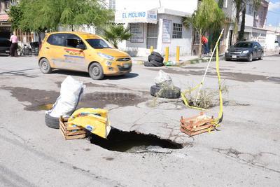 Sin apoyo. Vecinos tuvieron que señalizar este agujero en colonia Obispado, para evitar accidentes.
