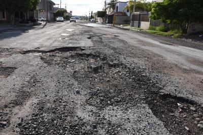 'Azúcar'. El pavimento, de calles como Paseo del Ciclón y vía Cepellini en el Fraccionamiento Roma quedó prácticamente pulverizado, luego de días inundadas.