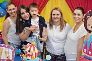 11092016 CELEBRAN SU CUMPLE.  El pequeño Sebastián cumplió dos años de vida, por lo que fue festejado por sus familiares y amiguitos. Lo acompañan en la fotografía: Mónica, Mandy, Mayte y Jaqueline.