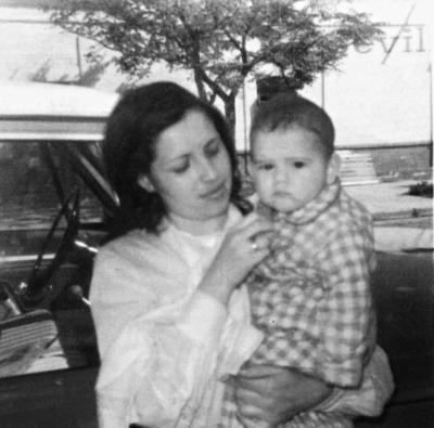 11092016 Silvia Casas de Reyes con su hijo, Jesús Manuel, en 1975.