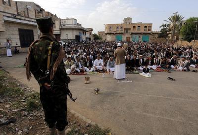 YEM06 SANA (YEMEN).- Un soldado hutíe observa a varios hombres mientras asisten a las celebraciones del festival musulmán del Aid al Adha, en Sana'a, Yemen. La mayoría de los países musulmanes celebran hoy el primer día del Aid al Adha, la Fiesta del Sacrificio o del Cordero, la segunda de las dos grandes festividades musulmanas en el año, tras el Aid al Fitr, que marca el final del mes sagrado del ramadán. EFE