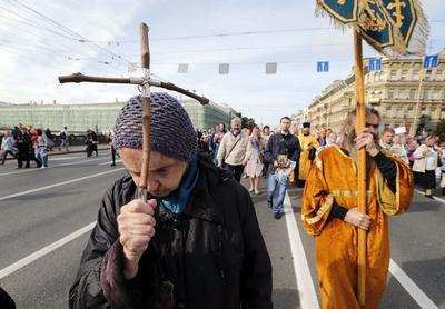 SAN PETERSBURGO (RUSIA).- Creyentes ortodoxos participan en una procesión por el centro de San Petersburgo, Rusia. La procesión marca el 292 aniversario del traslado de las reliquias de San Alexander Nevsky, que es considerado el protector celestial de San Petersburgo. EFE