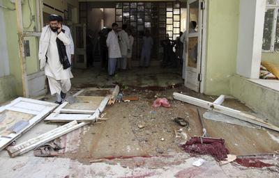 KANDAHAR (AFGANISTAN).- Imagen de los destrozos materiales tras un asalto perpetrado por talibanes en un hospital de Kandahar, en el sur de Afganistán. Al menos tres personas murieron en el ataque, entre ellas dos insurgentes, y otras dos resultaron heridas. EFE