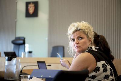 SANDNES (NORUEGA).- Fotografía  que muestra a la peluquera noruega Merete Hodne, sentada durante un juicio en Sandnes, Noruega. Hodne, acusada de rechazar sus servicos a Malika Bayan, una clienta que portaba un hijab, será juzgada por una audiencia judicial. Hodne se enfrenta a cargos de discriminación religiosa tras el suceso, según informan diversos medios. En caso de no obtener una sentencia favorable, la peluquera de 47 años podría enfrentarse a una pena de hasta seis meses de prisión, después de su primera negativa a pagar una multa de 870 euros. EFE