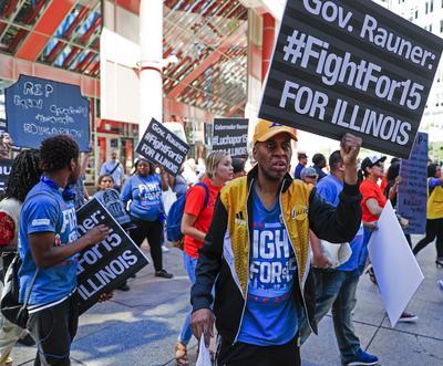 CHICAGO (IL, EE.UU.).- Manifestantes se reúnen en el Edificio del Estado para pedir el incremento a 15 dólares por hora del salario mínimo, en Chicaago, Illinois (EE.UU.). Esta protesta, que hace parte del llamado Día de Acción Moral en varias ciudades del país, enfocó su atención en las políticas fiscales del gobernador del estado, Bruce Rauner. EFE