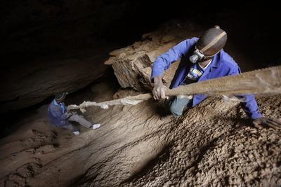 JOHANNESBURGO (SUDÁFRICA).- Fotografía que muestra a varios mineros ilegales de Zimbabue en el interior de una mina de oro próxima a Soweto, Johannesburgo, Sudáfrica. Un grupo de 13 mineros clandestinos sudafricanos lograron salir entre el domingo y hoy lunes, a la superficie tras permanecer cinco días atrapados en una mina abandonada del oeste de Johannesburgo, donde todavía permanecen varios, informaron hoy medios locales. Los trabajadores -que extraen oro ilegalmente de explotaciones abandonadas para venderlo en el mercado negro- forman parte de un grupo estimado en unas 16 personas que se quedaron bajo tierra al producirse un incendio en las galerías y al salir se han dado a la fuga para no ser detenidos por la Policía. EFE
