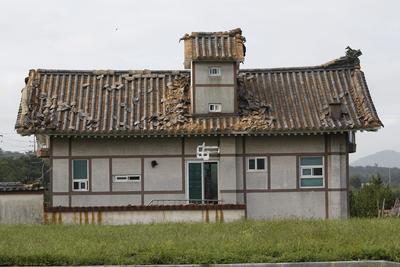 GYEOINGJU (COREA DEL SUR).- Afectados por el terremoto de 5.8 de magnitud el 12 de septiembre de 2016 vistos, en Gyeongju (Corea del Sur). Este terremoto es el más largo que se haya registrado en la historia de Corea del Sur. No hay reportes de daños serios. EFE