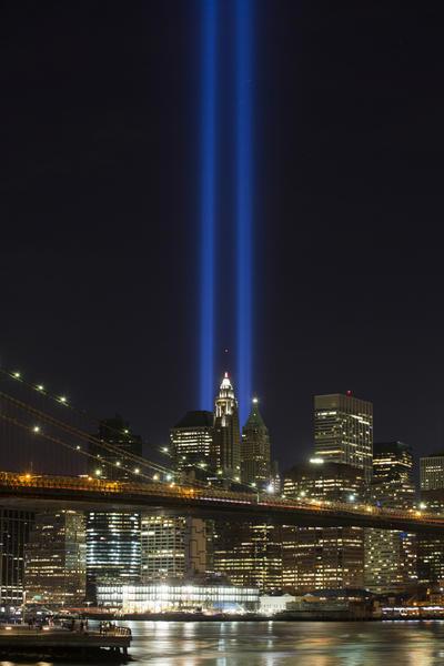 Manhattan, EEUU.-El Memorial y Museo del 9/11 rinde tributo a las víctimas de los ataques del 11 de septiembre y brinda una sensación de sombría tranquilidad a la ajetreada parte sur de Manhattan. Hay dos estanques donde las Torres Gemelas alguna vez estuvieron en pie, cada una con una cascada levantada para simbolizar la pérdida de vidas y el vacío físico causado por los ataques terroristas. Los nombres de las 2,977 víctimas que murieron están grabados en los lados de cada estanque. (AP)