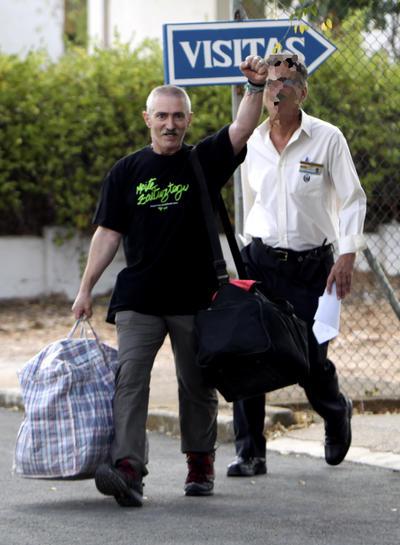 """CIUDAD REAL (Castilla-La Mancha).- El miembro de ETA Javier Aramburu Muguruza ha salido hoy de la cárcel de Herrera de la Mancha (Ciudad Real), donde ha cumplido sus últimos años de condena, después de que en 1991 fuera detenido junto con otros miembros colaboradores del comando Donosti tras una operación antiterrorista en Gipuzkoa.Aramburu Muguruza, uno de los nueve miembros del comando """"Hipar Haizeaetarra"""", un grupo que además de prestar apoyo al comando """"Donosti"""" gozaba de autonomía para cometer sus propios atentados, fue encarcelado junto con el resto de los miembros el 21 de agosto de 1991 por orden de la Audiencia Nacional por la participación en más de veinte atentados terroristas, entre los que destacan tres asesinatos.EFE"""