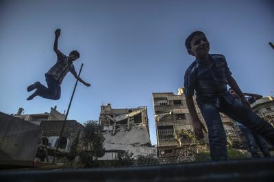 DOUMA (SIRIA).- Niños sirios juegan en un trampolín durante el segundo día de la festividad musulmana Eid Al Adha, en Douma (Siria). Eid al-Adha es la segunda festividad que los musulmanes celebran cada año y que marca la peregrinación anual hacia La Meca. Durante la fiesta, los musulmanes sacrifican un animal que dividen en tres partes, una para la familia, otra para los amigos y cercano y la última para los pobres y necesitados. EFE