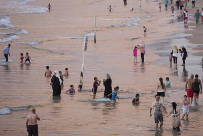 JERUSALÉN (ISRAEL).- Palestinos disfrutan en la playa de Jaffa, durante la celebración de la festividad de Eid Al Adha en tel Aviv (Israel). Eid al-Adha es el más sagrado de los dos días festivos musulmanes que se celebran cada año, y que marca su peregrinación anual (Hajj) para visitar La Meca, el lugar más sagrado del Islam. Musulmanes sacrifican un animal y dividen la carne en tres partes, una para la familia, uno para los amigos y parientes, y otra para los pobres y necesitados. EFE