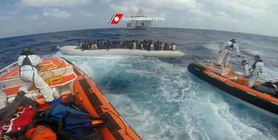 MAR MEDITERRÁNEO.- Fotograma facilitado por la Guardia Costera italiana disponible, que muestra a una operación de rescate organizada por la Guardia Costera en el mar Mediterráneo. Al menos 114 refugiados han sido rescatados esta mañana y llevados al puerto de Regio de Calabria. EFE