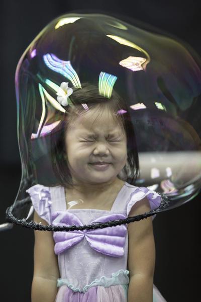 HONG KONG (CHINA).- Una niña reacciona al verse envuelta por una burbuja durante un espectaculo de magia con pompas de jabón del artista español Pep Bou en Hong Kong, China, hoy, 13 de septiembre de 2016. Bou ofrecerá ocho actuaciones en Hong Kong a partir del próximo 14 de septiembre. EFE