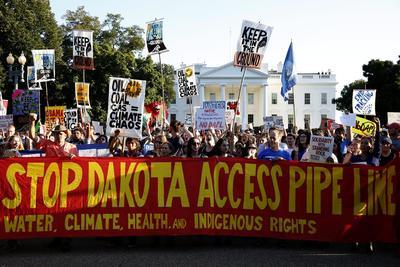 WASHINGTON (EE.UU.).- Un grupo de personas protestan en contra de Dakota Access por la construcción de un oleoducto, en tierras consideradas sagradas, durante una manifestación en frente de la Casa Blanca en Washington, DC, (Estados Unidos). A pesar de una orden federal para detener la construcción, y de un número cada vez mayor de nativos americanos y sus partidarios en contra del proceso, los ejecutivos de construcción han indicado que la construcción del proyecto continuará. EFE