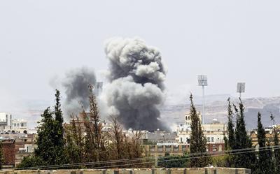 SANÁ (YEMEN).- Una columna de humo se eleva tras un bombardeo aéreo de la coalición liderada por Arabia Saudí en Saná (Yemen). Tres soldados cataríes han muerto en el Yemen, donde participaban en operaciones de la coalición árabe encabezada por Arabia Saudí, que lucha contra el movimiento rebelde de los hutíes. Hasta ahora se habían conocido bajas en las filas saudíes, bareiníes y emiratíes, que integran la alianza árabe, pero no se había tenido noticia del fallecimiento de soldados cataríes. El golpe más fuerte recibido por la coalición se registró a principios de septiembre de 2015, cuando un ataque de los hutíes con un misil balístico contra una base militar causó la muerte a 60 soldados saudíes, emiratíes y bareiníes. EFE