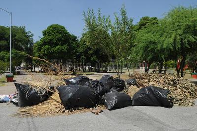 Olvidan basura. Aunque la plaza de la colonia Ampliación La Rosita no luce con pasto muy crecido, sí luce como un basurero.