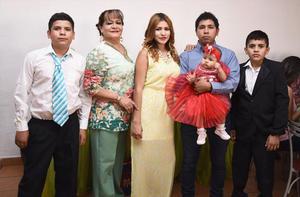 14092016 FESTEJA SU CUMPLEAñOS.  Hilda Mireles Serrano acompañada de José Ricardo, José Ángel, Joana Escobedo, Alex Sainz y Joanita Sainz.
