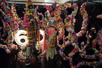 """TOKIO (JAPÓN).- Modelos posan con ropa de marca japonesa """"6 por ciento Dokidoki"""" durante la Feria """"rooms 33"""" de moda y diseño en el estadio nacional Yoyogi en Tokio, Japón. Iniciada en el año 2000, """"rooms"""" es una Feria bianual e internacional de moda y diseño comercial que presenta una amplia gama de artículos y de exposiciones. Con más de 500 expositores y 20.000 visitantes, """"rooms"""" se ha convertido en una referencia artística. EFE"""