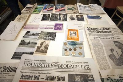SZCZECIN (POLONIA).- Fotografías y documentos son expuestos en el Museo Nacional en Szczecin (Polonia), tras ser localizados en una cápsula del tiempo. La cápsula, que contenía monedas, fotografías y documentos, fue localizada bajo la construcción del centro Ordensburg Krowssinsee, un centro dedicado a la educación de empleados y oficiales nazis. EFE
