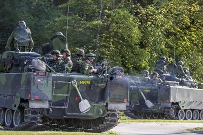 VISBY (SUECIA).- Vista de parte de un equipo de combate de 160 hombres del ejército sueco a una sesión de maniobras en Visby, isla báltica de Gotland, Suecia. Suecia envió hoy por primera vez desde 2005 un destacamento militar permanente a la isla báltica de Gotland, siguiendo un acuerdo parlamentario adoptado hace un año para reforzar la defensa sueca. Se trata de una unidad de 150 soldados del grupo de despliegue rápido, que será sustituida por una fuerza de combate ordinaria en julio de 2017, informaron las autoridades suecas. EFE