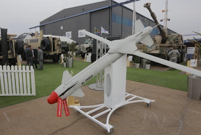PRETORIA (SUDÁFRICA).- Vista de un misil fabricado por la compañía sudafricana Denel, durante su visita a la feria Africa Aerospace & Defence 2016 en la Base Aérea de Waterkloof, en Pretoria, Sudáfrica. La feria se celebra desde14 hasta el 18 de septiembre. EFE