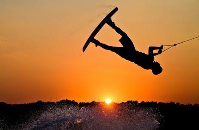 GARBSEN (ALEMANIA).- Un deportista practica esquí acuático sobre tabla durante el atardecer, en el Lago Blue en la región de Hannover (Alemania). EFE