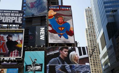 NUEVA YORK (EE.UU.).- Fotografía donde se ve un cartel electrónico apoyando al candidato presidencial republicano Donald Trump, representado como Super Trump, en la zona de Times Square en Nueva York (EE.UU.). La publicidad fue pagada por el Comité para Restaurar la Grandeza de América y estará exhibida hasta el 16 de septiembre de 2016. EFE