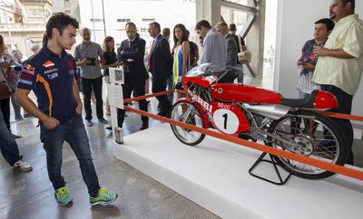 CARTAGENA (MURCIA).- El piloto de motociclismo de Repsol Dani Pedrosa (i), observa la moto de 50 c.c del piloto Ángel Nieto, hoy durante la inauguración de la exposición 'Leyendas del Motor', que recorre los casi 50 años de historia del equipo Repsol de motociclismo, en la Universidad Politécnica de Cartagena. EFE