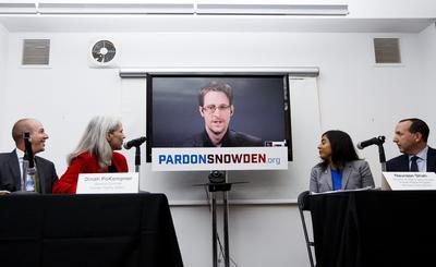 """NUEVA YORK (NY, EEUU).- De izda. a dchal, el director ejecutivo de American Civil Liberties Union (ACLU), Anthony Romero; la consejera general de Human Rights Watch, Dinah PoKempner, la directora del programa de seguridad de Estados Unidos y Derechos Humanos de Amnistía Internacional, Naureen Shah, y el abogado de Snowden, Benz Wizner durante una rueda de prensa, en videoconferencia desde Moscú (Rusia), del exanalista de la CIA Edward Snowden. Varias organizaciones lanzaron una campaña para lograr el perdón presidencial de Snowden, acosado judicialmente en EE.UU. y que desde Rusia insiste en los beneficios que generaron sus filtraciones. """"No es una exageración decir que este hombre cambió el mundo"""", afirmó Shah. Snowden, que trabajaba para una empresa contratada por la Agencia Nacional de Seguridad (NSA), saltó a la palestra en 2013 cuando filtró al diario británico The Guardian información sobre labores de vigilancia estadounidense a nivel global.  EFE"""